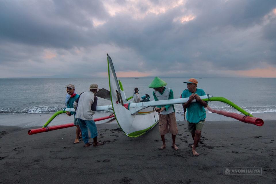 Nelayan di Pulau Santen Banyuwangi