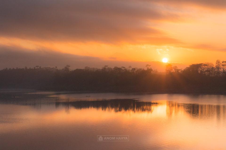 Sunrise di Waduk Lahor