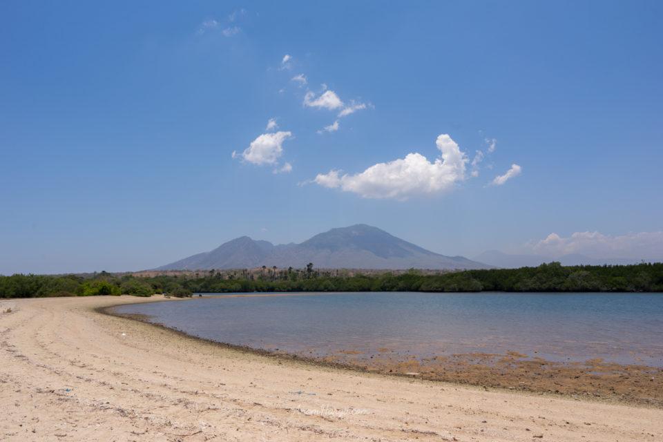 Gunung dan Laut di Taman Nasional Baluran