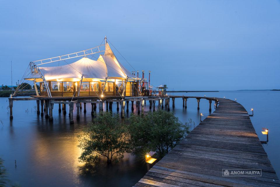Masjid Tengah Laut di Bee Jay Bakau Resort