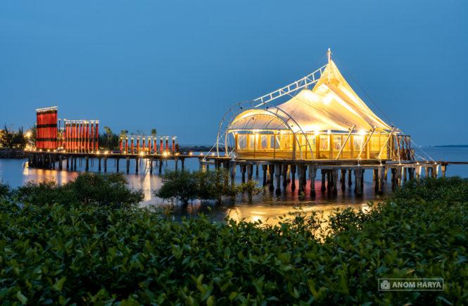 Masjid di tengah laut & Gerbang Sewu Petung Abang Bee Jay Bakau Resort
